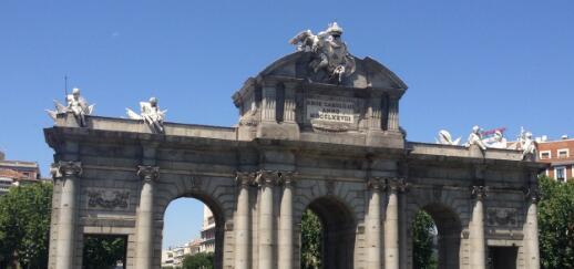 大巴行驶中第一个遇到的景点就是阿尔卡拉门 ,由于早上行人不多,导游决定让大巴停在路边,我们下车看了景点,远远的拍了几张照片。阿尔卡拉门 是马德里仅存的几个古老城门之一,建于1788年,由建筑师萨巴蒂尼设计,用以纪念马德里最杰出的市长卡洛斯三世。阿尔卡拉门 矗立在市中心的独立广场,位于通向阿尔卡拉大道的起点,旁边就是丽池公园 (第二天去丽池公园 时,又看此门,还有更佳位置可拍摄)。大门为新古典主义风格,采用大型罗马凯旋门的形式,有5个门洞,其中3个是半圆拱