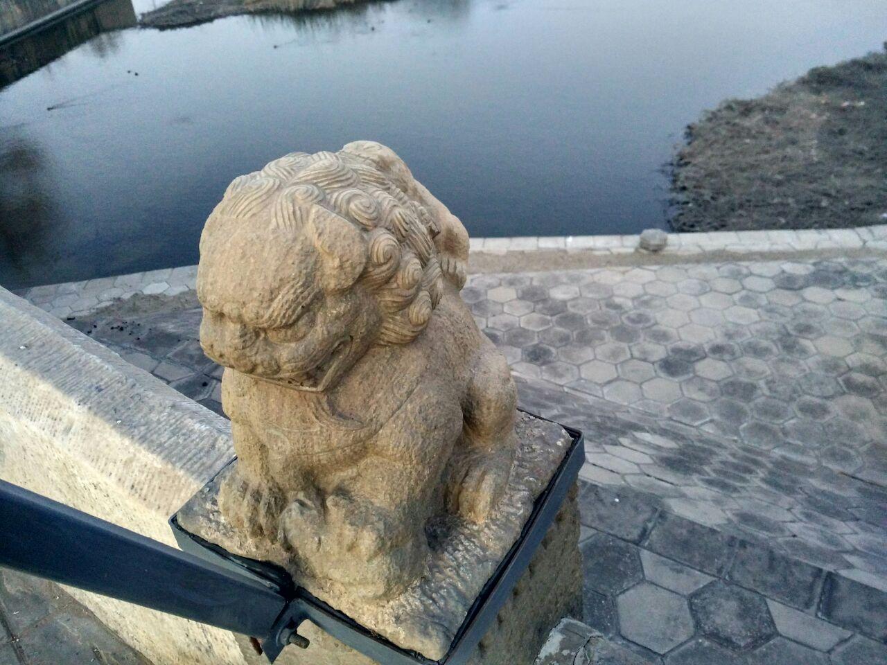 原名永通桥,始建于1446年的明代三孔石拱桥,横跨在通惠河上;是通州至北京大道上的必经之处,因距通州八里而得名 。  位置在八里桥地铁站的B2出口,京通快速路的八里桥收费站的北侧。八里桥不仅是一座造型独特的古桥,这里也是清末八里桥血战的古战场。  看点1:八里桥的中间桥拱很高,而它的两侧小桥拱却很矮小,如此悬殊的比例也给八里桥带来了非常独特的形式感,八里桥的桥拱是北京独一无二的。通惠河曾是京城的主要运粮通道,高高的拱桥可以让来往帆船直接通过,八里桥也就有