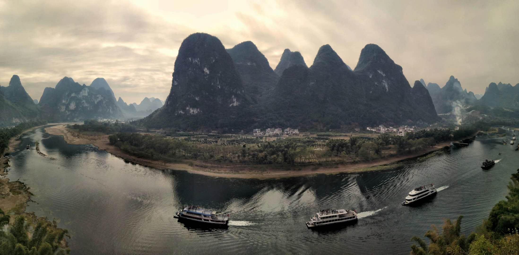 20元人民幣景點在興坪鎮,也就是漓江景區,你得從桂林走磨盤山大道經