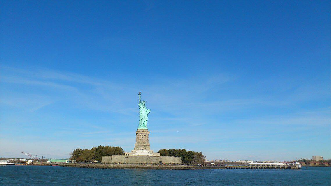 美是自由的象征_象征七大洲,脚下打碎的手铐,脚镣和锁链,表达美国人民争取民主,自由的