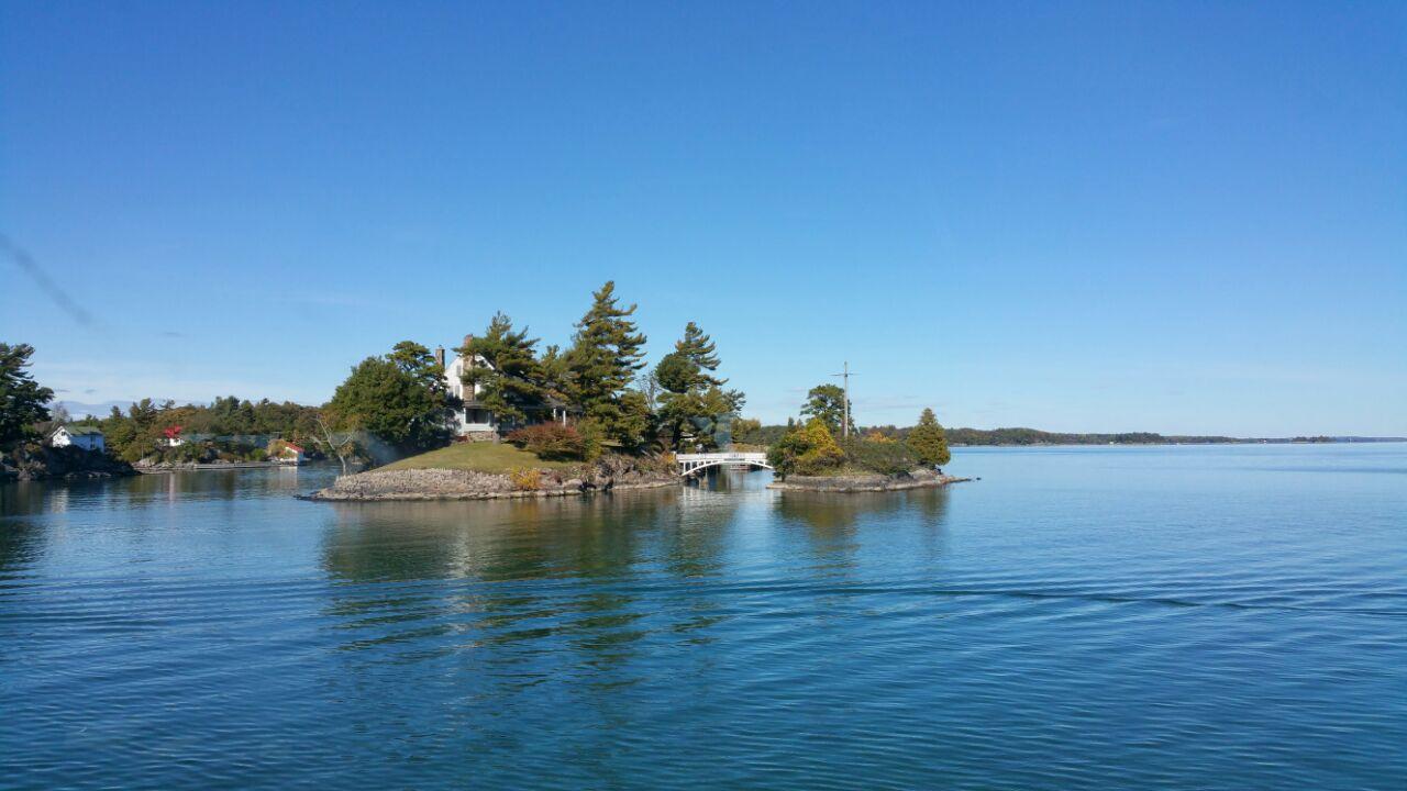 Thousand Islands, Canada位于金斯顿附近,千岛是指圣劳伦斯河与安大略湖相连接的河段,散布着1800多个大小不一的岛屿,最小的只是一块礁石,在千岛湖里对岛的定义很有意思,据说只要可以有2棵树生长的露出水面的土地,就可以被称之为岛。这些岛屿如繁星般遍布在圣劳伦斯河上,宛若童话中的仙境。 千岛湖位于美国加拿大边界,两国各占1/3和2/3水域,在cananoque 码头乘豪华游轮到千岛湖览胜(船上有美加国旗) 引颈嗔船逼,