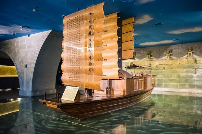 进入博物馆,古朴沧桑的漕运船正向我们缓缓驶来,随着志愿者的热情引领