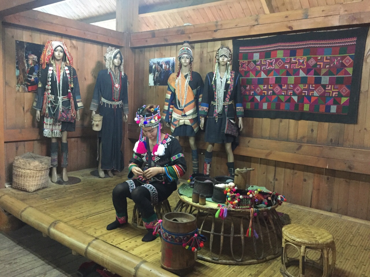 爱伲是哈尼族的一个分支,这里有个二层小楼展示了爱伲人的衣食住行.