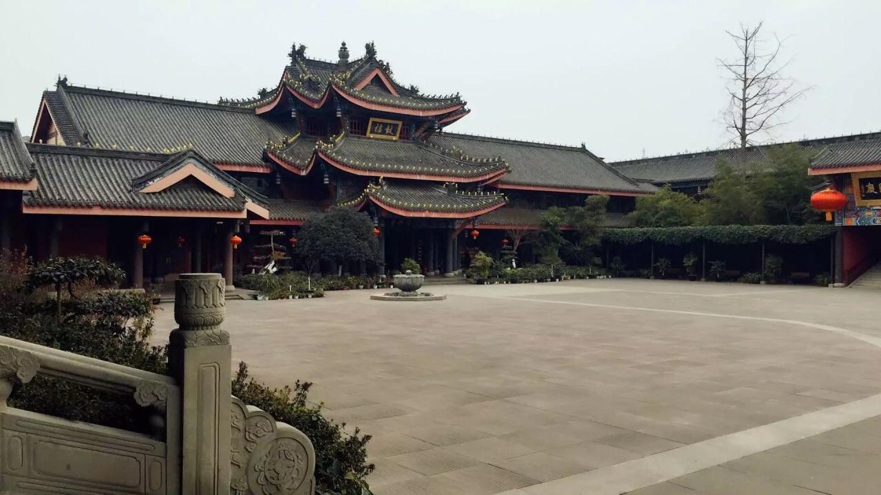 到乐山第一时间我投奔到找酒店的路上,最后听说有个大佛寺,独行侠背