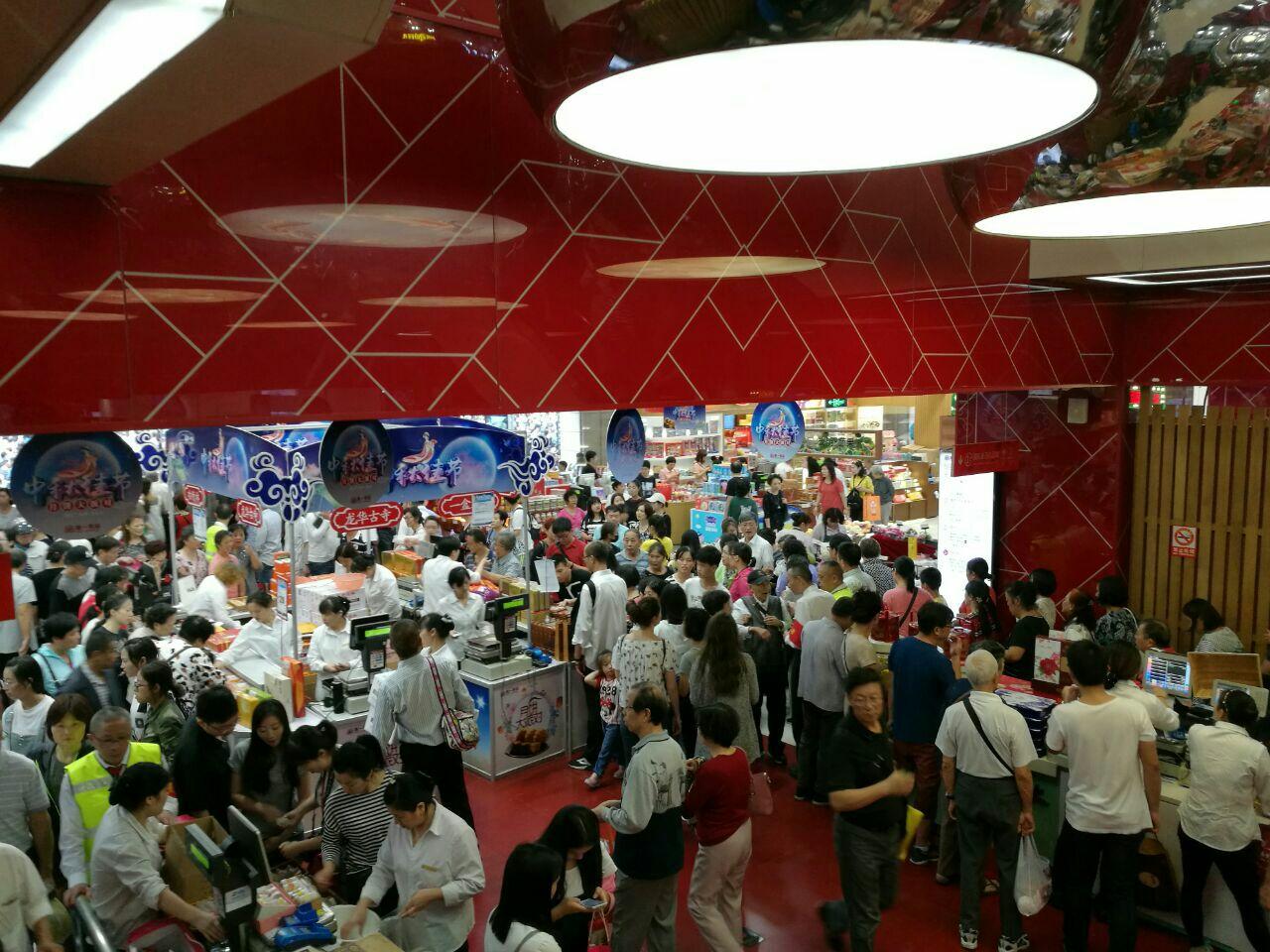 來到了上海第一食品商場(好像是這個名字),一樓是賣特產的還有麥當勞。人非常多,這里有各種糕點、糖果、鹵味、干貨、水果之類的!  在二樓看到有家奶茶店還不錯的樣子,什么名字忘記了。看到各種名稱的奶茶咖啡,真想都來一杯嘗嘗,哈哈!我買了杯奶茶,阿輝要了杯檸檬什么的,有試喝,挺不錯的。當然奶茶也可以,記得是用的黑白淡奶調的。  在3樓看到了著名的南翔饅頭店,本來要吃的,想著要吃飯了,就決定飯后再吃。轉了一圈不知道吃什么,最后在一家忘記什么名字的店看到人挺多的,就是它了。一