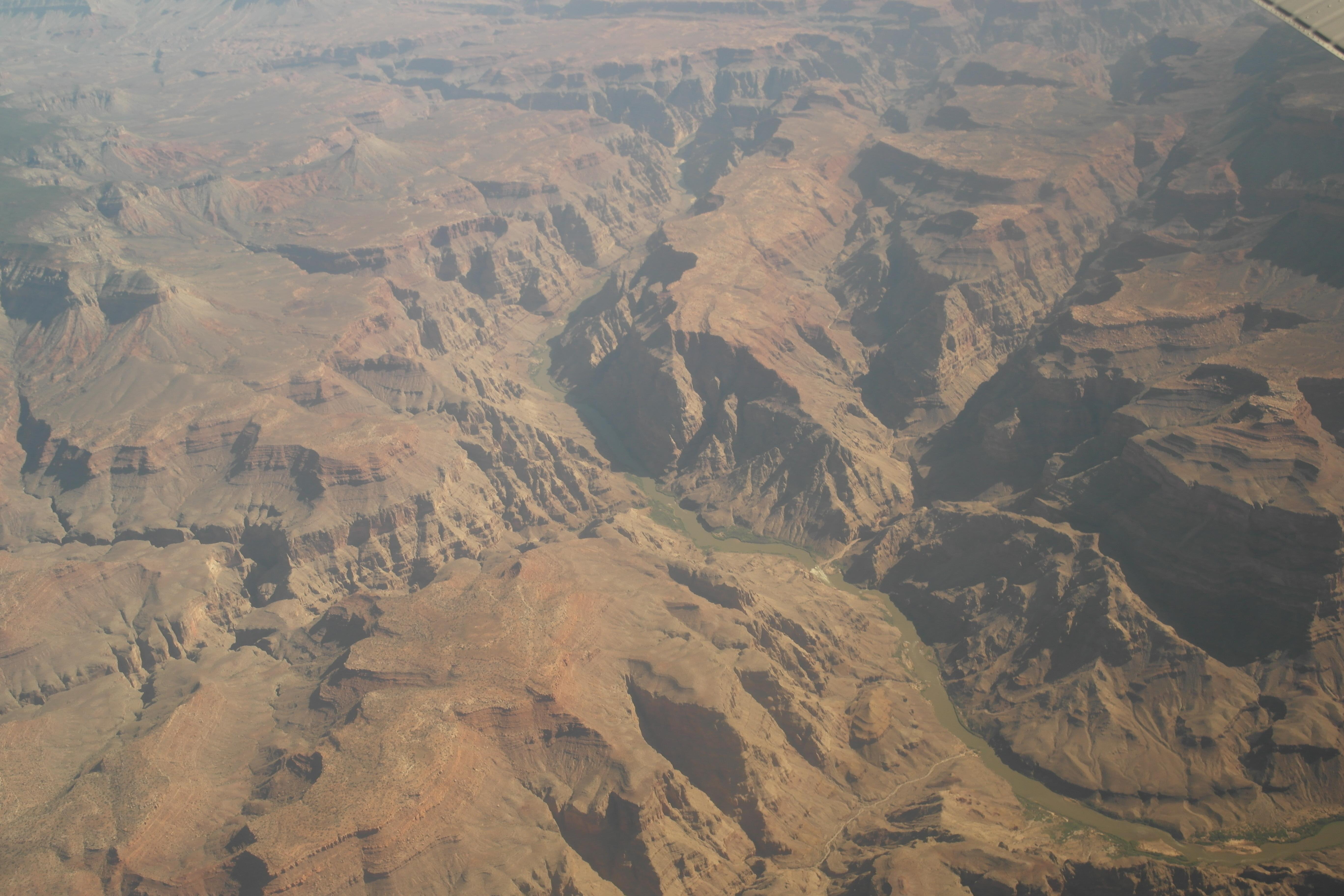 从万米高度俯视这些蛇行峡谷,也是非常触目惊心,在地势较低处,峡谷较