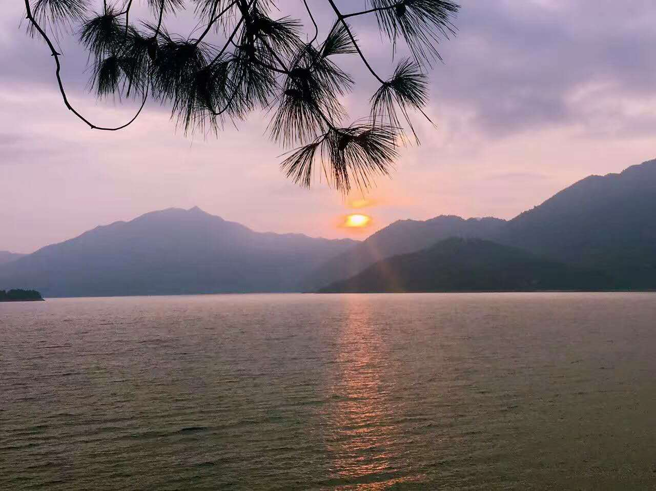 寻美景--- 秋游郴州凤凰岛景区深秋,总是有一种对美事物的向往和追寻。毕竟在一个收获的季节里,伴随的感受,总是有那么一点享受的奢靡在萌生。收拾行李,带上我的小公主,小手牵大手,出发当来到白廊乡东江湖国家湿地公园后才知道东江湖的面积之大。这里以山水交融的东江湖为主体,是集旅游观光、休闲度假、康体疗养的湖岛型旅游区,总面积达200平方公里,融山的隽秀、水的神韵于一体,挟南国秀色,被誉为人间天上一湖水,万千景象在其中。碧波清粼的湖面星罗棋布地镶嵌着数十个岛屿,展现出了好一派湖光山