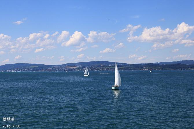 静静的湖水,点点白帆,水洗一样的蓝天,如同世外桃园.