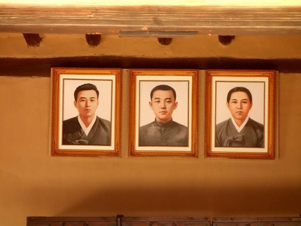 100多年前,从金日成的曾祖父起四代(曾祖父金膺禹,祖父金辅铉,父亲金