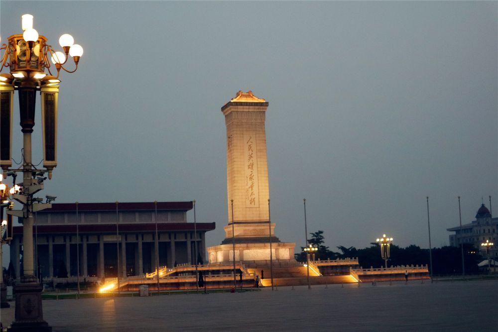 天安门广场上还有人民英雄纪念碑,人民大会堂等每个人都