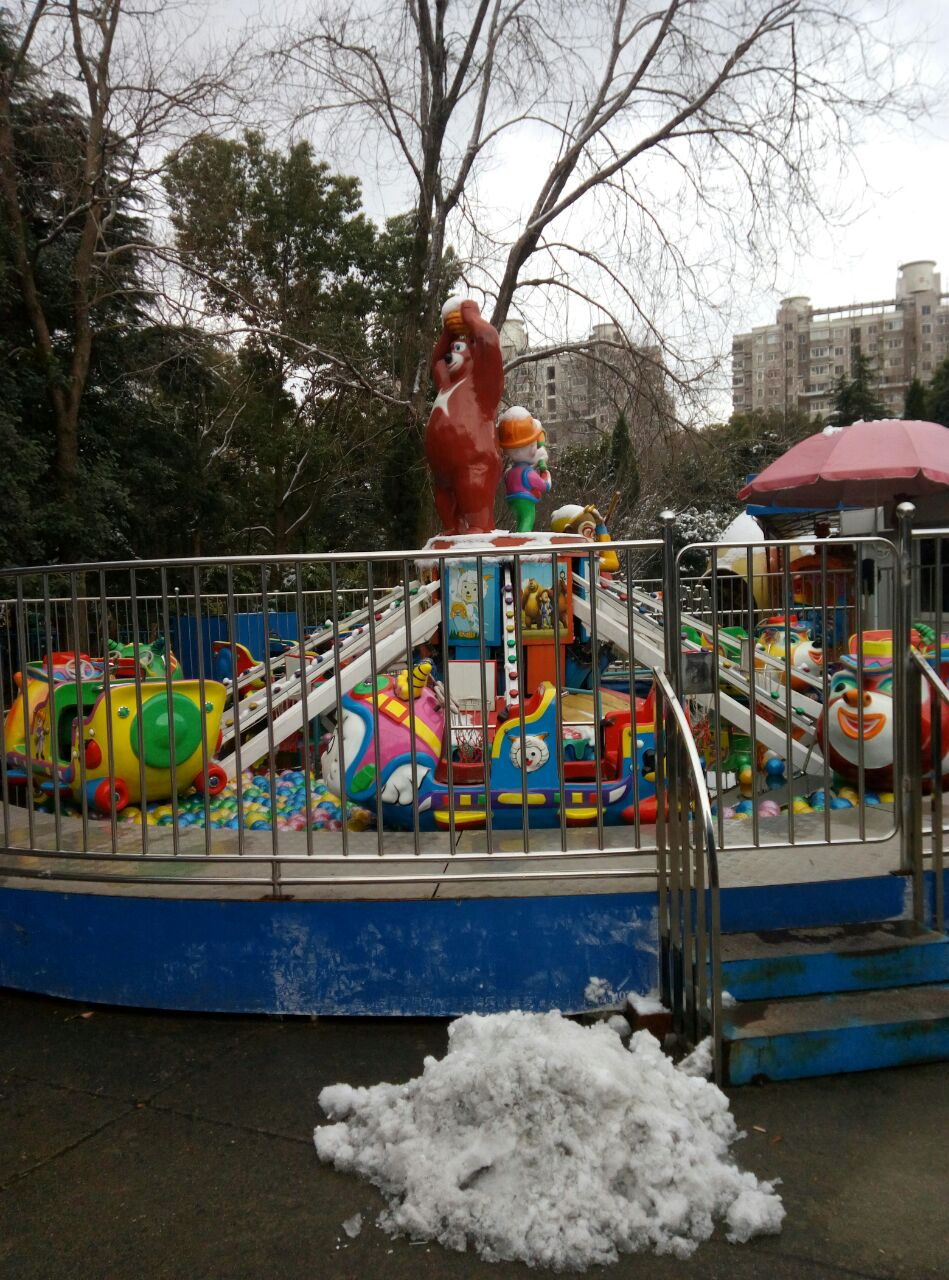 杨浦公园游乐园 欢声笑语儿童玩 父母陪伴亲子游 快乐交流父母亲