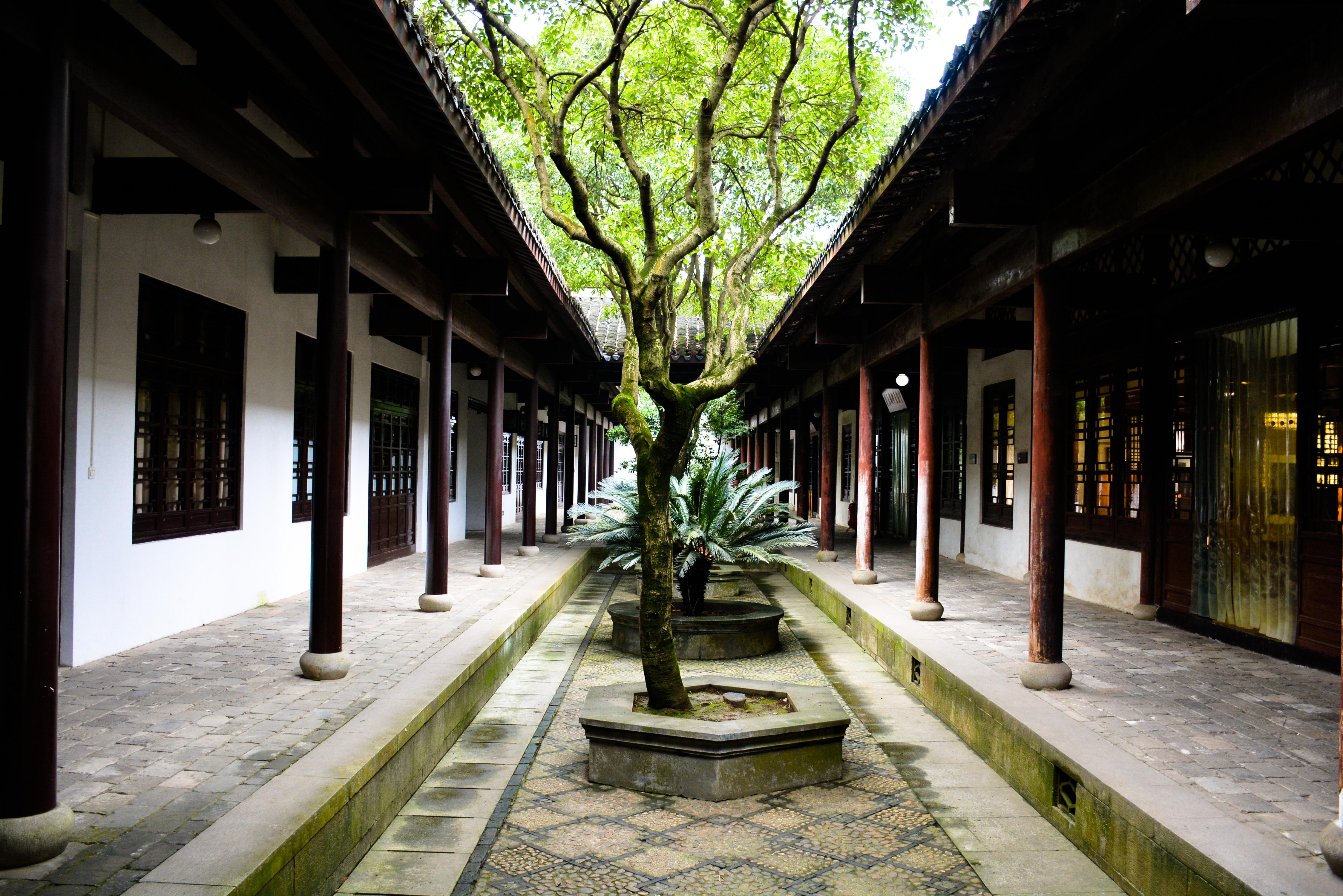 岳麓书院是古代汉族书院建筑,属于中国历史上著名的四大书院之一.