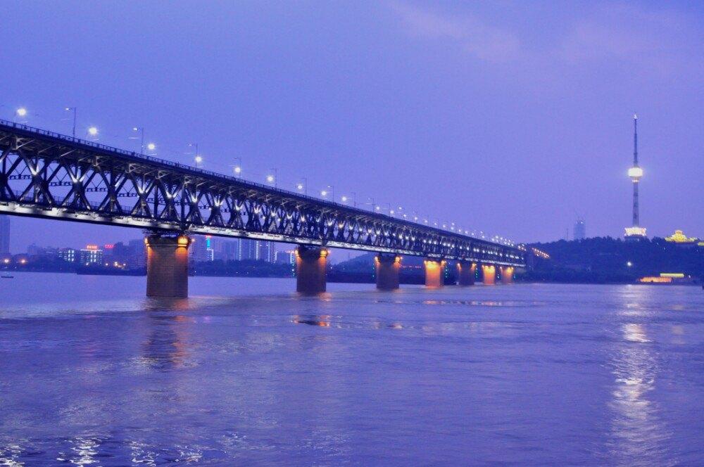 武汉长江大桥也是武汉的标志性建筑之一,万里长江第一桥,横跨汉阳