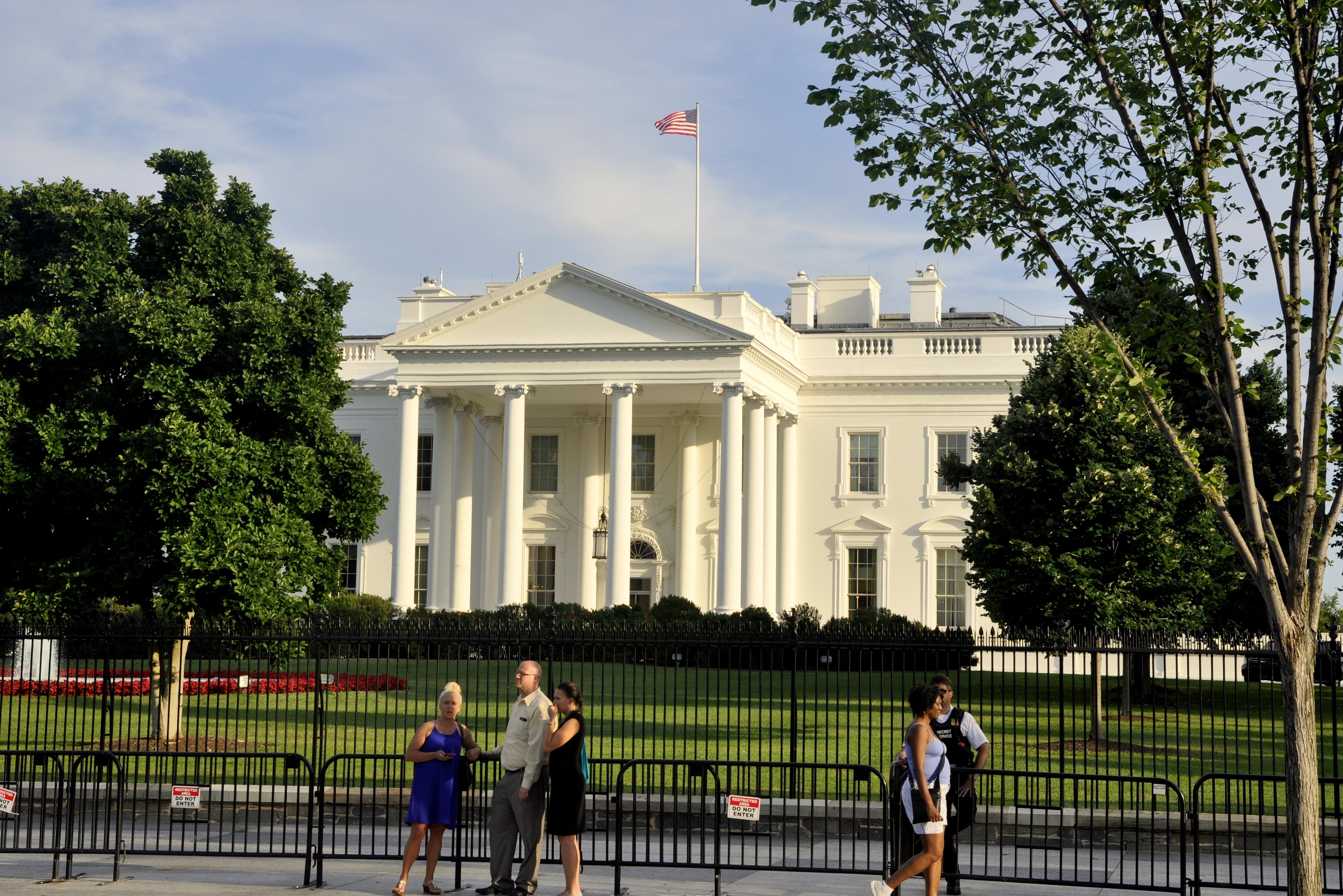 白宫门外广场竖起铁网