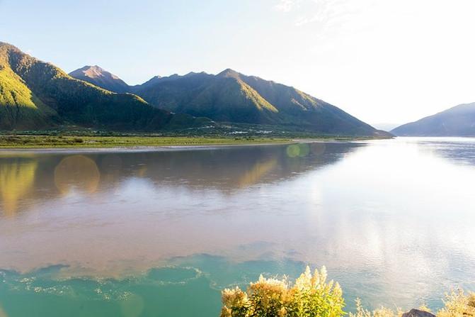 这是尼洋河景区的一景——江河汇流,指的是尼洋河汇入雅鲁藏布江的