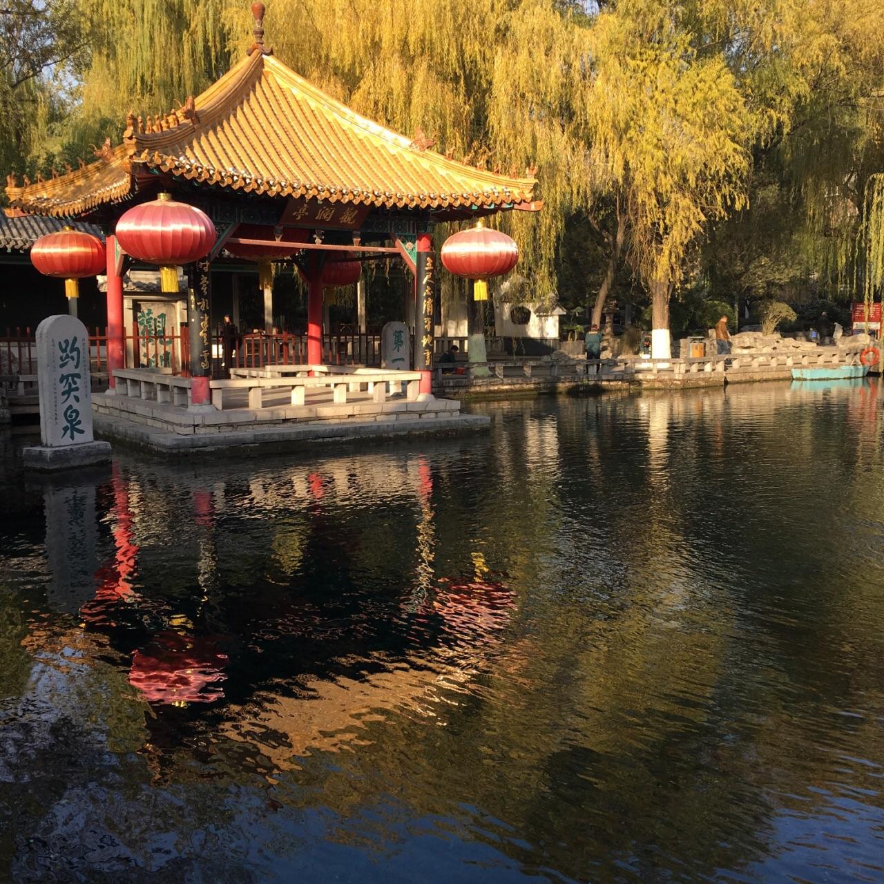 清明假期选择来到这里,人很多。这个季节来趵突泉,景色很美。趵突泉果然名不虚传,水很清澈。泉水碧蓝,泉眼不大,小小水珠汩汩流出,远处有石碑刻趵突泉三字,鲤鱼结对嬉戏。池边是凉亭和杨柳,不远处就有个大戏台,戏子台上绘声绘色演出,老人旅客台下驻足观赏。一个池子里养着海豹,小家伙很会和游客互动;李清照纪念堂也富有人文趣味。总的来说,与大明湖的辽阔相比,趵突泉以秀美为长