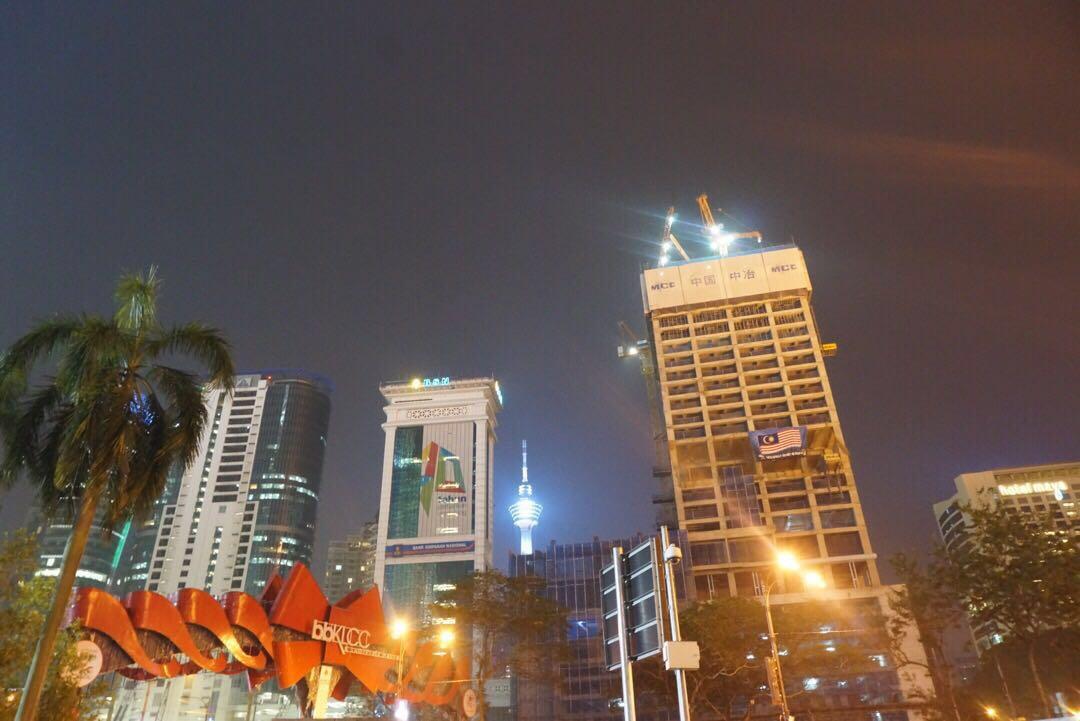 远处闪闪发亮的建筑物就是吉隆坡