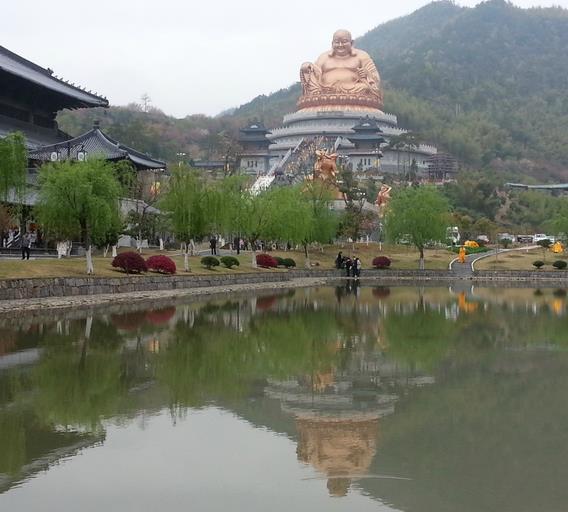 山下雪窦寺作为弥勒佛道场,其雕塑很抢眼.