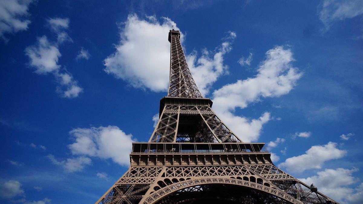 埃菲尔,1889 年建成位于法国巴黎战神广场上的镂空结构铁塔,高300米图片