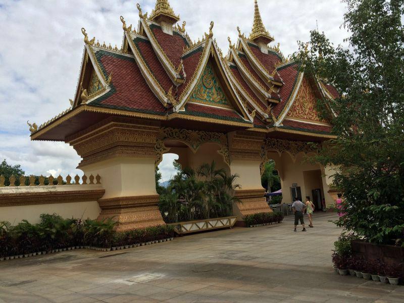 """大佛寺是在古代傣王朝的皇家寺院""""景飘佛寺""""的原址上恢复重建的,""""景飘"""
