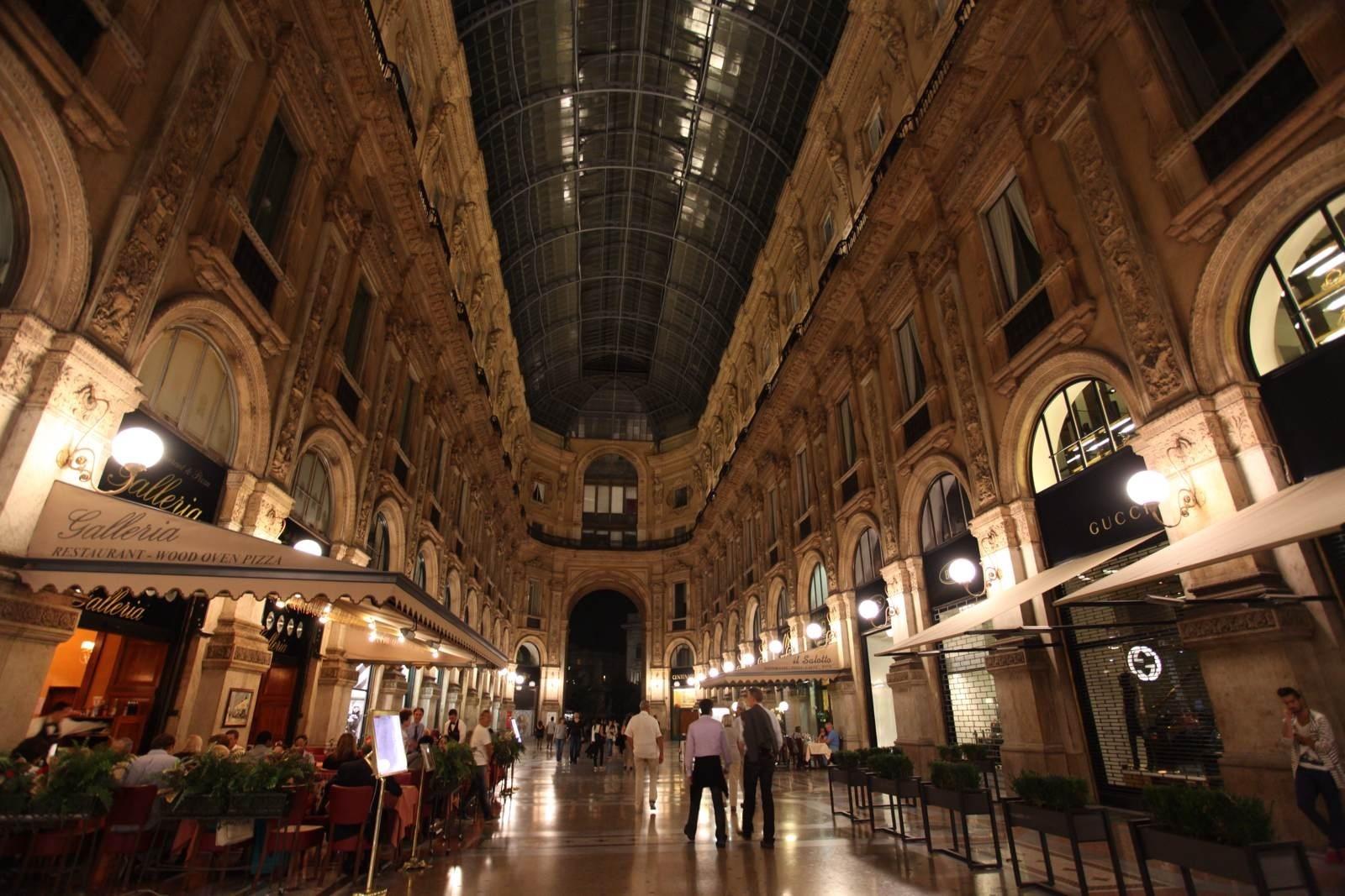 巨大的拱形建筑富丽堂皇,长廊内有装璜考究的金银首饰,时装,礼品店,餐图片