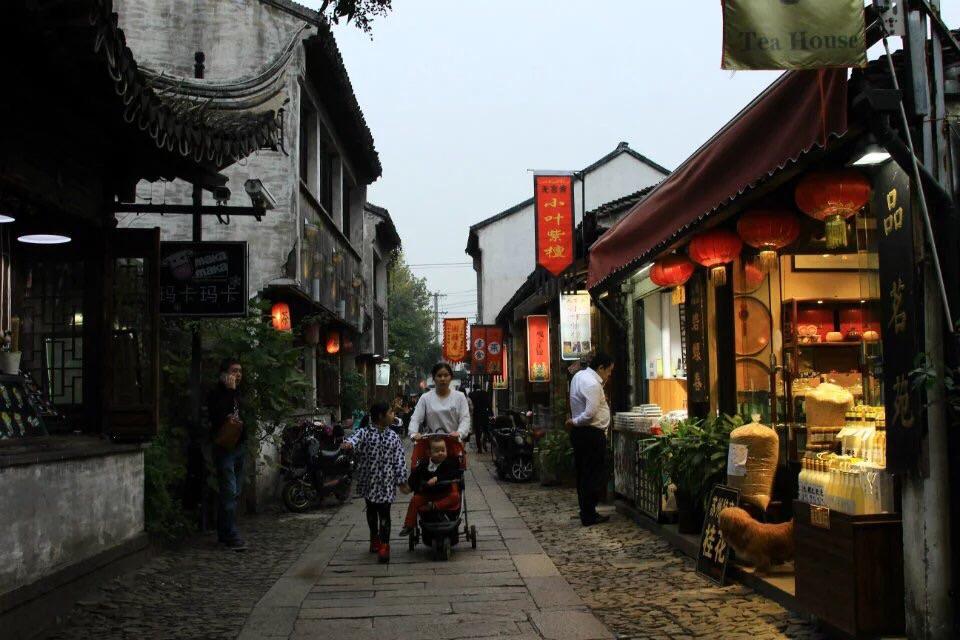 苏州的平江路,是沿着苏州运河的一条古老的石街,现在开发成文艺小资图片