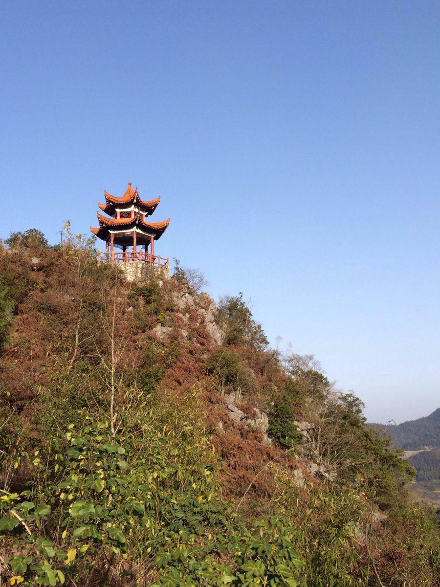营盘山风景挺好的,山上修建了很好的登山游步道,看风景