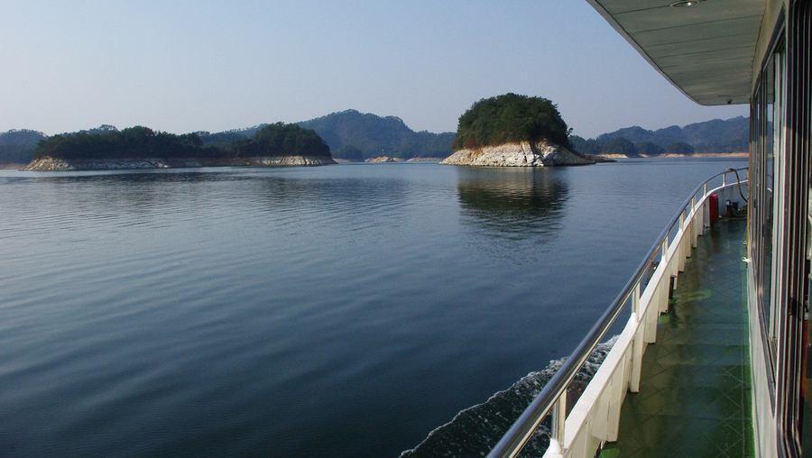 风景极佳,可以亲身体会千岛湖风景区青山绿水金腰带的意境.