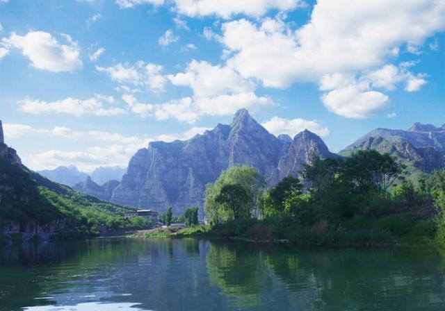十渡风景区是沿着拒马河大约长20公里的一条河谷,也是中国北方唯一一