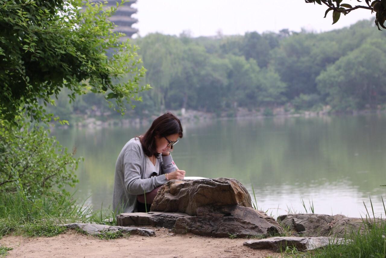 北京大學創建于1898年,是中國的最高學府之一。校園歷史悠久,有眾多的古老建筑,底蘊十足,未名湖、博雅塔相互輝映,周圍綠樹成蔭,環境非常優美。漫步在圖書館、百年講堂等著名建筑間,便可感受百年學府濃厚的文化氛圍。 北大校園又名燕園,面積較大,長寬均大約1.5公里。校園的北側是曾經燕京大學的舊址,也是園皇家園林的所在地,這里以未名湖為中心,周圍分布著很多古老的建筑,布局十分優美古樸。