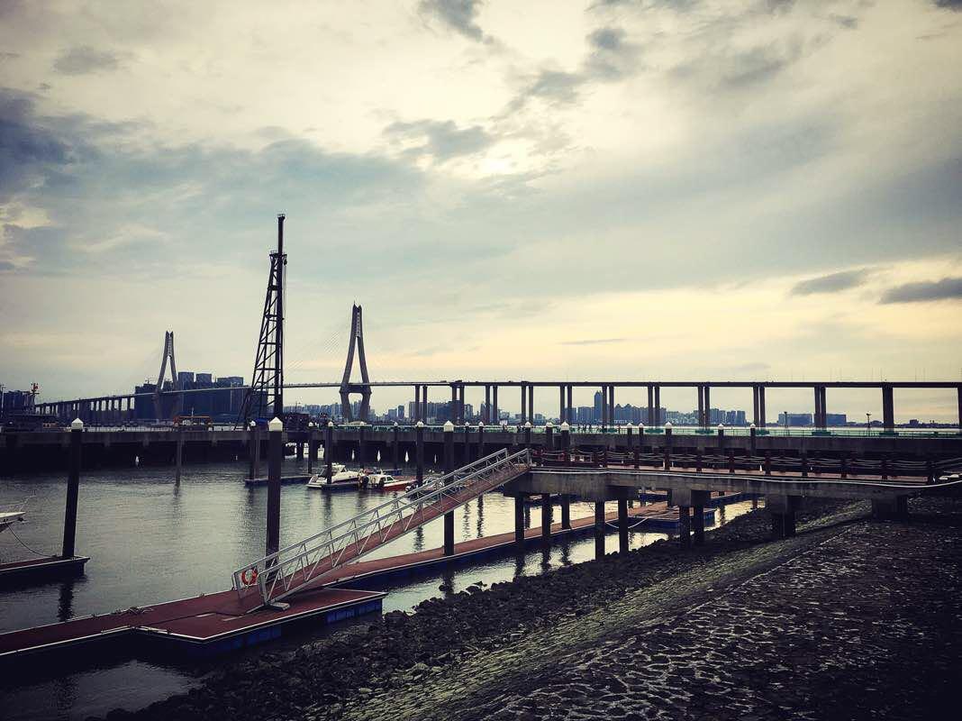 跨海大橋自然是雄偉壯觀的,不少市民在這里納涼,青草遍地他,不少新人在這里留影。海灣大橋是一座跨海大橋,那天湛江的天氣很熱,坐在小欣欣的電動摩托車上,兩個人都要被烤幹了,不過到橋底後,也不曬了,海風習習,很清爽,所以有很多人在那邊納涼,也有很多甜蜜的愛人在拍婚紗照,真好。