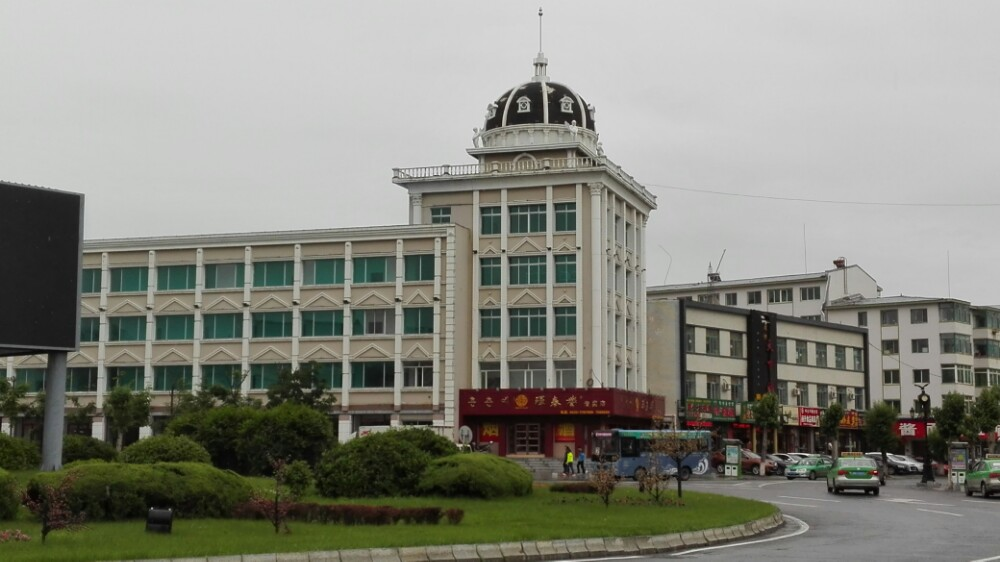 市区干净整洁,绿化率高,俄式建筑无处不在,连公交车站岗亭及公共洗手图片