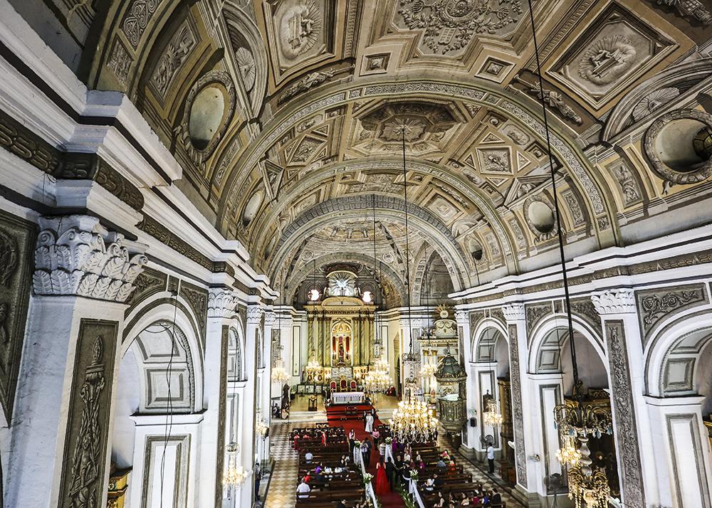 完全欧式建筑风格的大教堂,外观非常漂亮,门口偶有马车经过,华丽丽的