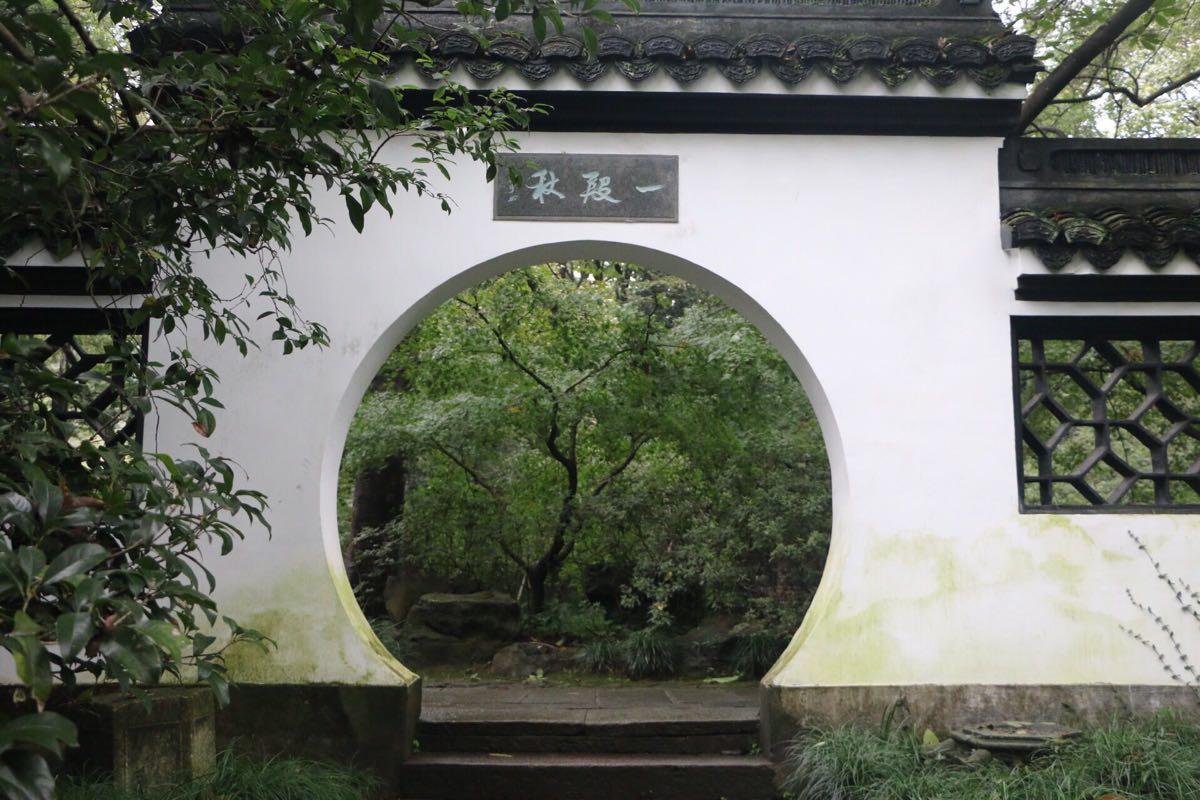 虎跑景区位于杭州动物园附近,从公园里面可以走到动物园,两个地方一起