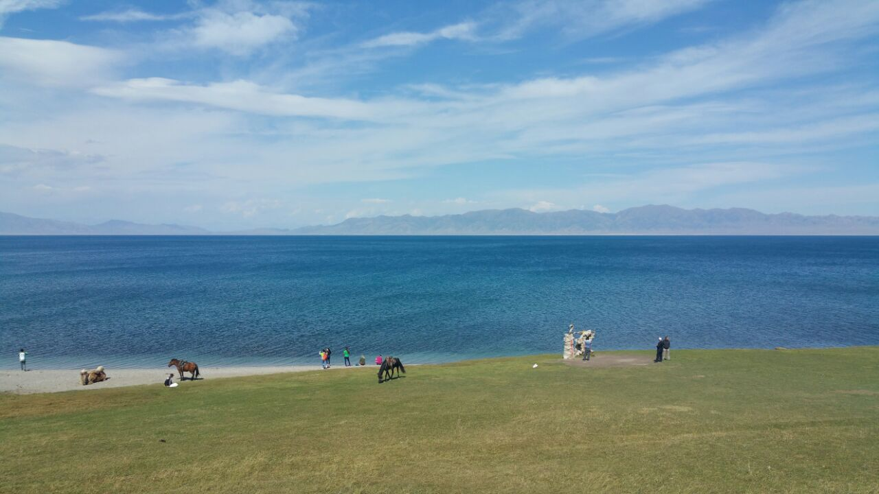 大西洋最后一滴眼泪赛里木湖。宝蓝色的湖水被雪山和草地环绕,构成了一幅绝美的图景,给人巨大的震撼,深深印在脑中无法忘记。湖水是真正的蓝色,蓝的纯净,蓝的彻底。不亲眼看到的话,实在是无法领略那种夺人心魄的美丽。 很多人说不过就是一个湖,面积又不是特别大,没什么特别的。但是赛里木湖就像是嵌在草原上的一颗夺目的蓝宝石,像是油画一般的美。 【门票】严格来说,赛里木湖不是一个完全开发的景区,并没有完整的围墙拦住。只是在其中一段拦住收取70元的门票,其实另外有好多地方可以进入的,只象征性的给5元10元的费用就好了