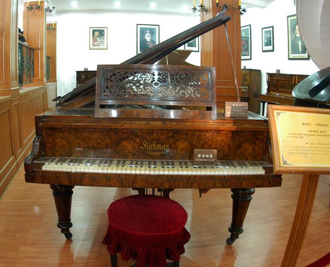 古钢琴,其中有稀世名贵的镏金钢琴,有世界最早的四角钢琴和最早最大的图片
