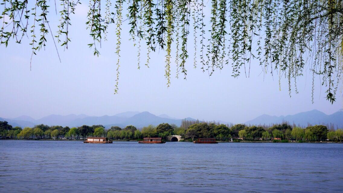 来杭州必去西湖,西湖风景区很大,环绕整个湖区慢慢游玩需要一天时间.