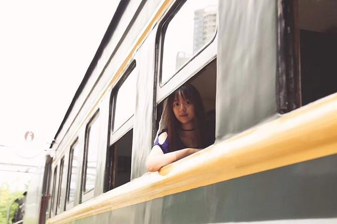 绿皮火车有部分车窗是可以打开的,以前因为火车里没有空调,所以窗户是图片