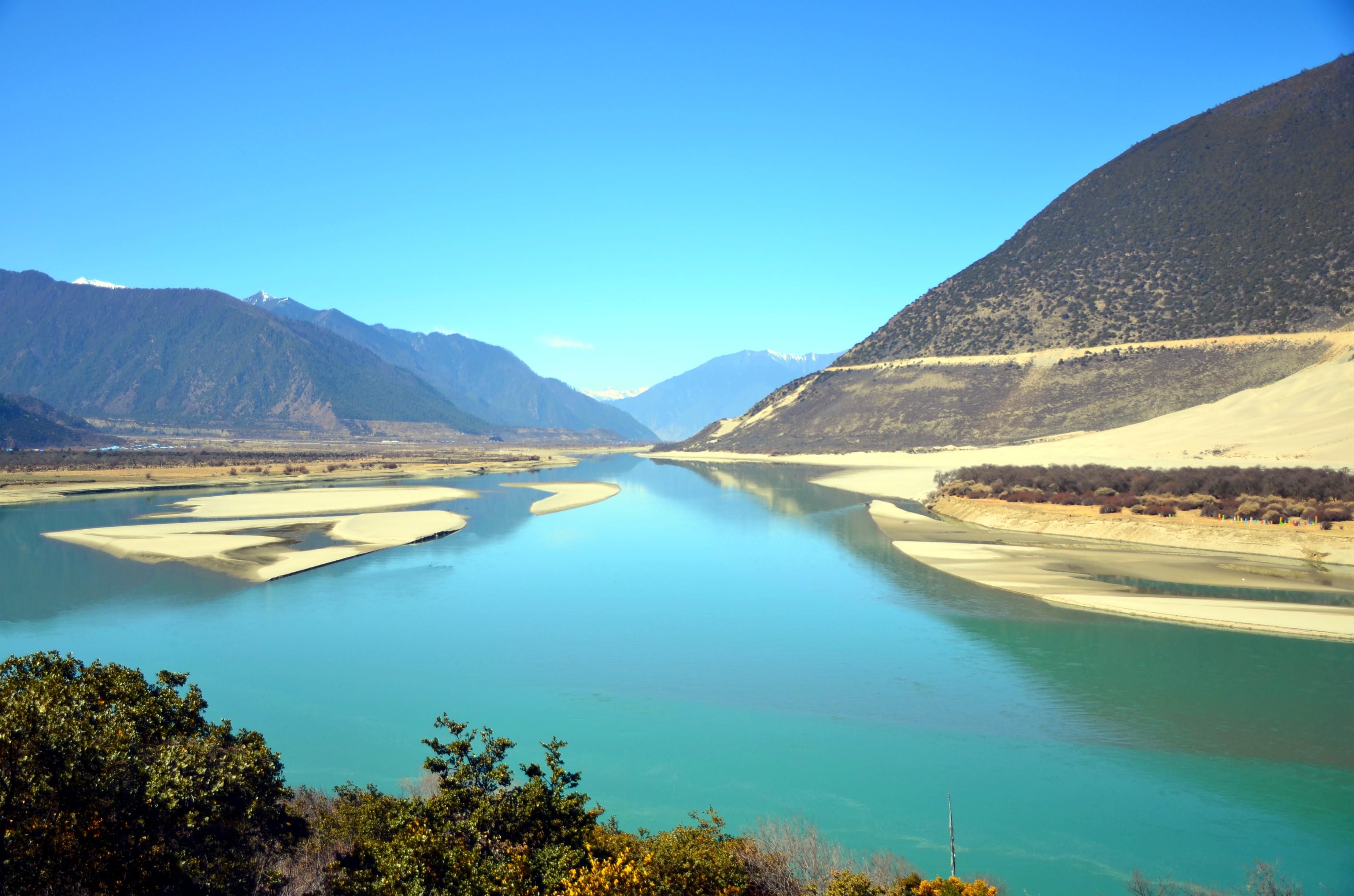 但比它更长更深,江水蓝绿,哪怕在冬季,水流也非常湍急.