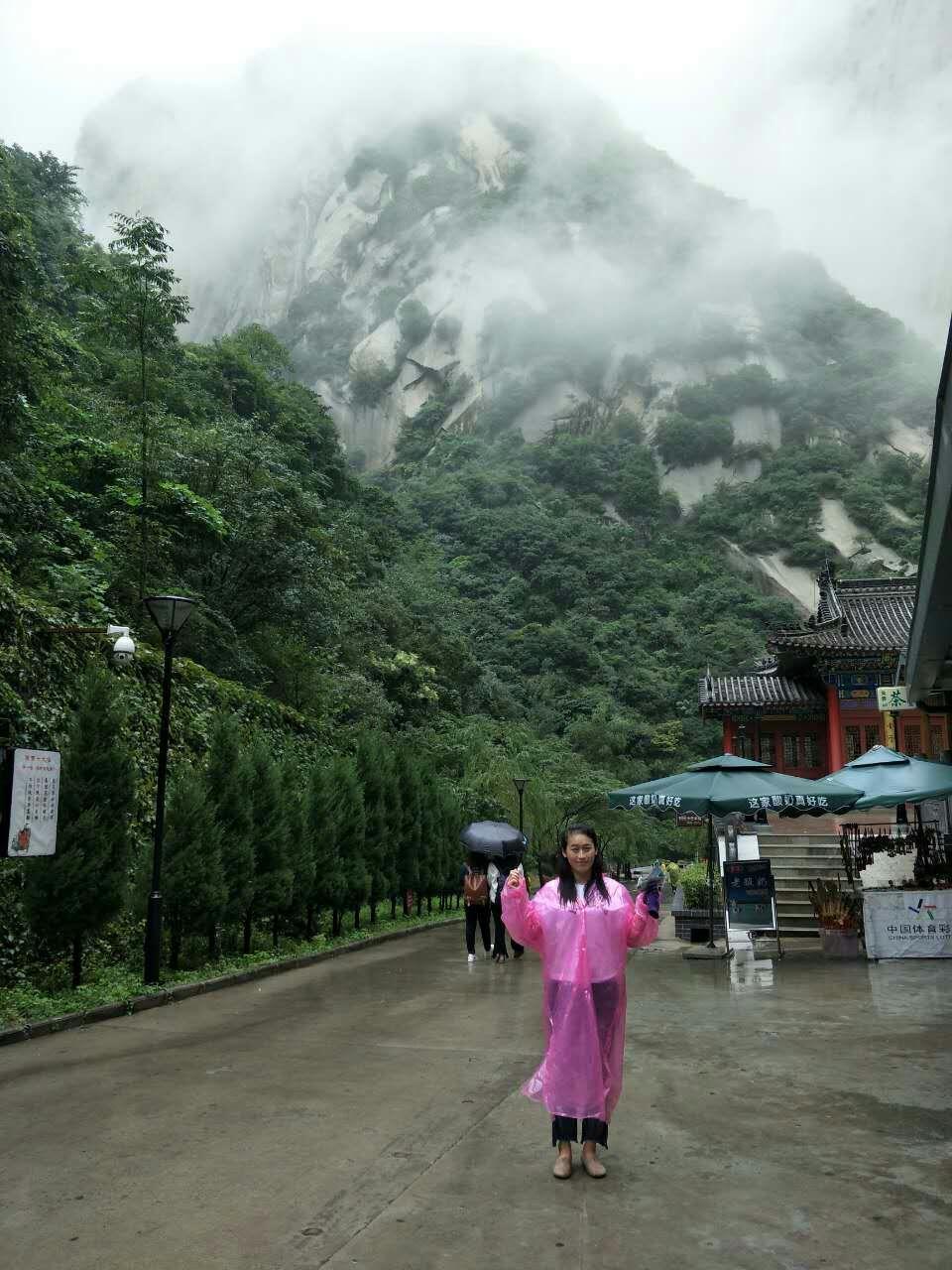 华山真的是名不虚传的险啊,去的那天下雨,烟雾缭绕,感觉置身云端