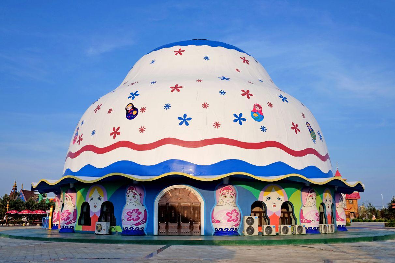 满洲里套娃景区是满洲里市的标志性旅游景点。景区内设套娃世界、欢乐地带、套娃剧场、俄罗斯民俗体验馆、俄蒙演艺剧场、极限乐园六大功能区,拥有享誉世界的俄罗斯大马戏、梦幻芭蕾舞剧、俄罗斯工艺品等。 俄罗斯民俗体验馆是以俄罗斯民俗文化为展示内容,融入主题性、仿真性、场景性、表演性,精彩纷呈的俄罗斯骑行漫游、套娃换装、魔幻穿衣,充分展现俄罗斯绚丽多姿的文化魅力,不出国门即可领略不一样的俄罗斯民俗风情。 球幕飞翔影院拥有悬空飞行观影模式,直径16米的巨大球幕延伸至观众脚下,完整的视觉包裹使观众宛如置身画面之中,超强真