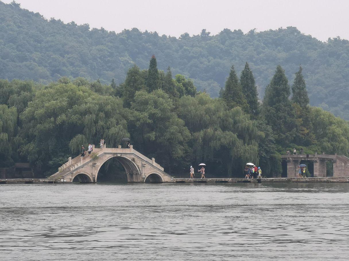 鉴湖位于绍兴城西南,是柯岩风景区中的一大景点,湖上桥堤相连,景色宜
