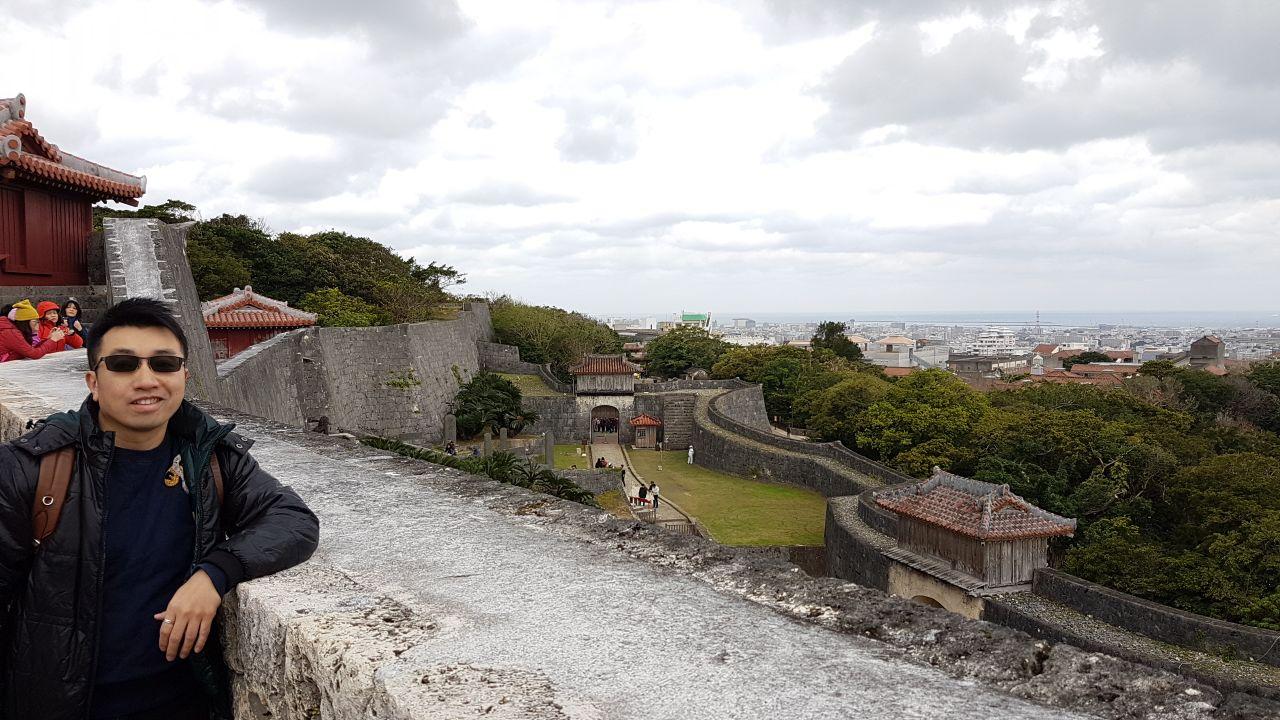 首里城位于冲绳岛那霸市,曾是琉球国的都城和王宫所在地,当时琉球国王处理国家事务、接见使节和举行重要庆典都在这里,现已被联合国教科文组织列为世界文化遗产。 历史背景 历史上,首里城曾数度被焚毁和重建,现在的首里城是以二战后残留的原型为样板复制的唐朝风格建筑。与传统的日本城池不同,首里城在建筑外观上与中国闽南地区的建筑风格颇为相似。仔细看会发现,首里城的建筑上龙是以蟒(四爪,次于皇帝的五爪龙)的形象出现的,这大概是出于琉球当时是中国的册封国的原因。 建筑特色 这座琉球式古堡融合了中国、日本及冲绳岛的建筑特色,