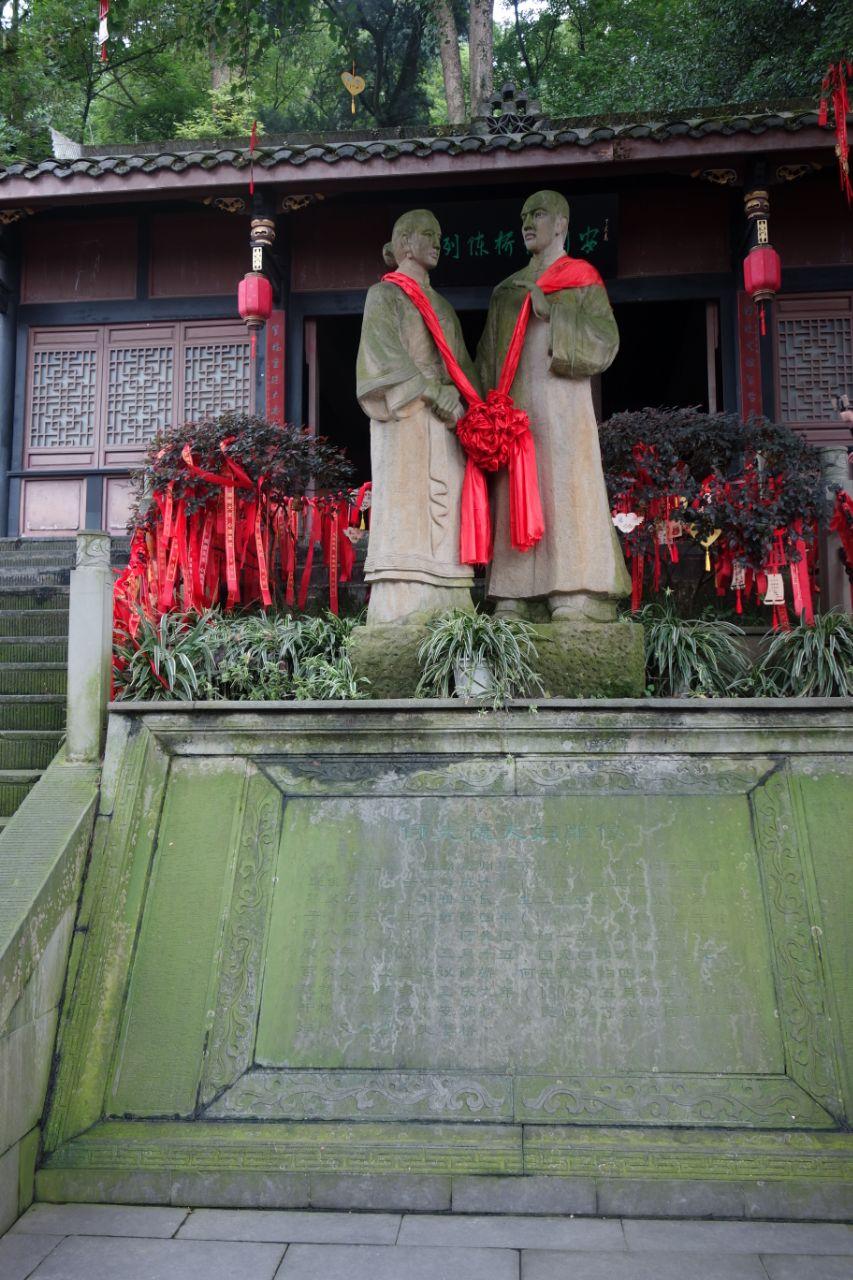 去都江堰游览主要是为了品历史,游览历史名人留下来的造福后人建筑.