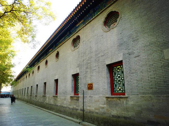 王府中随处可见一些欧式的风格建筑,尤其是那欧式汉白玉雕花门,将住宅