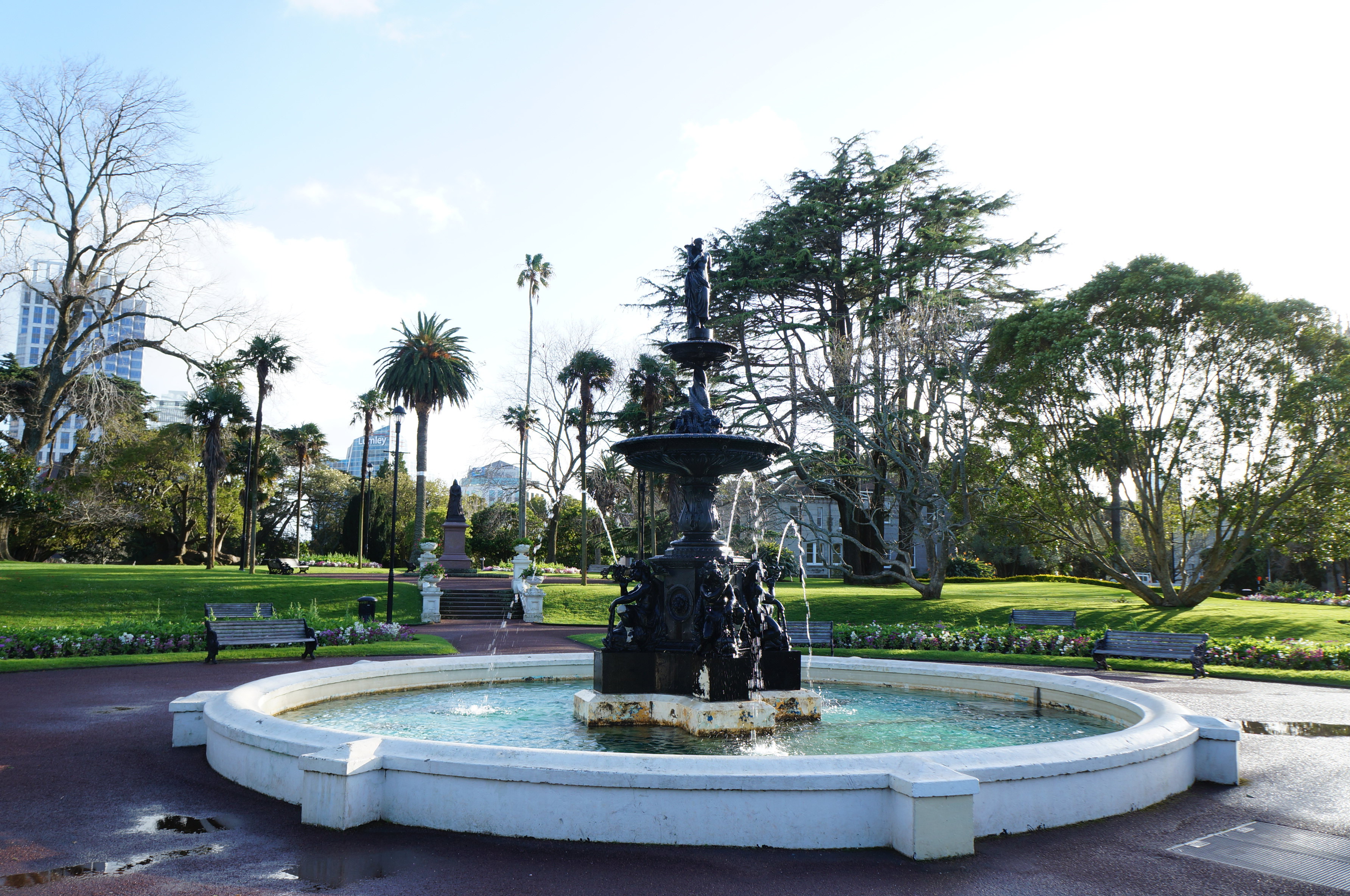 奥克兰中央公园是奥克兰最古老的公园,坐落在新西兰的奥克兰市中心,位于皇后街左侧,占地面积80公顷,以巨大的草坪、露天剧场、温室花园,精美的雕塑和博物馆而闻名。 1. 各种免费的文艺活动 每到夏天,这里经常举办各种文艺活动,例如音乐会。游览和欣赏音乐会都是免费的。而每年十二月初举办的新西兰最大的户外圣诞音乐会奥克兰公园圣诞节,是奥克兰最具人气的圣诞节狂欢活动之一。 2.