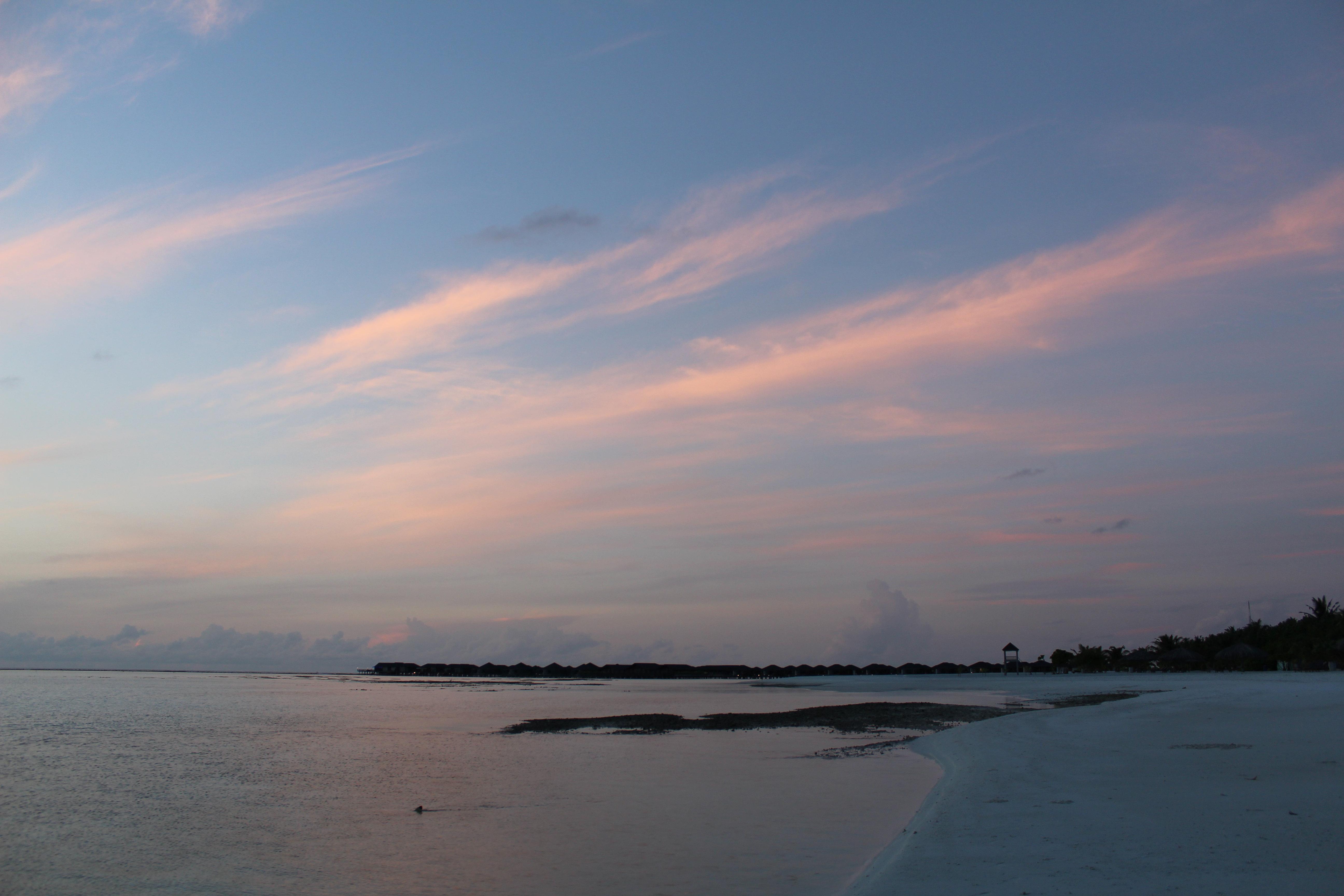 来到天堂岛今天是第三天,准备参加两个自费项目,一个是上午9点出发到马尔代夫首都马累观光游览半天,每人35欧元。另一个是下午17点至18点乘快艇出海观海豚,每人45欧元。这两个自费项目感觉都不错推荐。 第四天在岛上好好浏览一下,主要是到水屋看看,那里环境好,早上看日出的最佳地方,价钱可不便宜,一晚300多美金。晚饭后到大厅把账单结好,定好明天几点到码头乘船去马累机场。 第五天一早吃过早饭直奔机场,坐上飞机恋恋不舍离开马尔代夫。