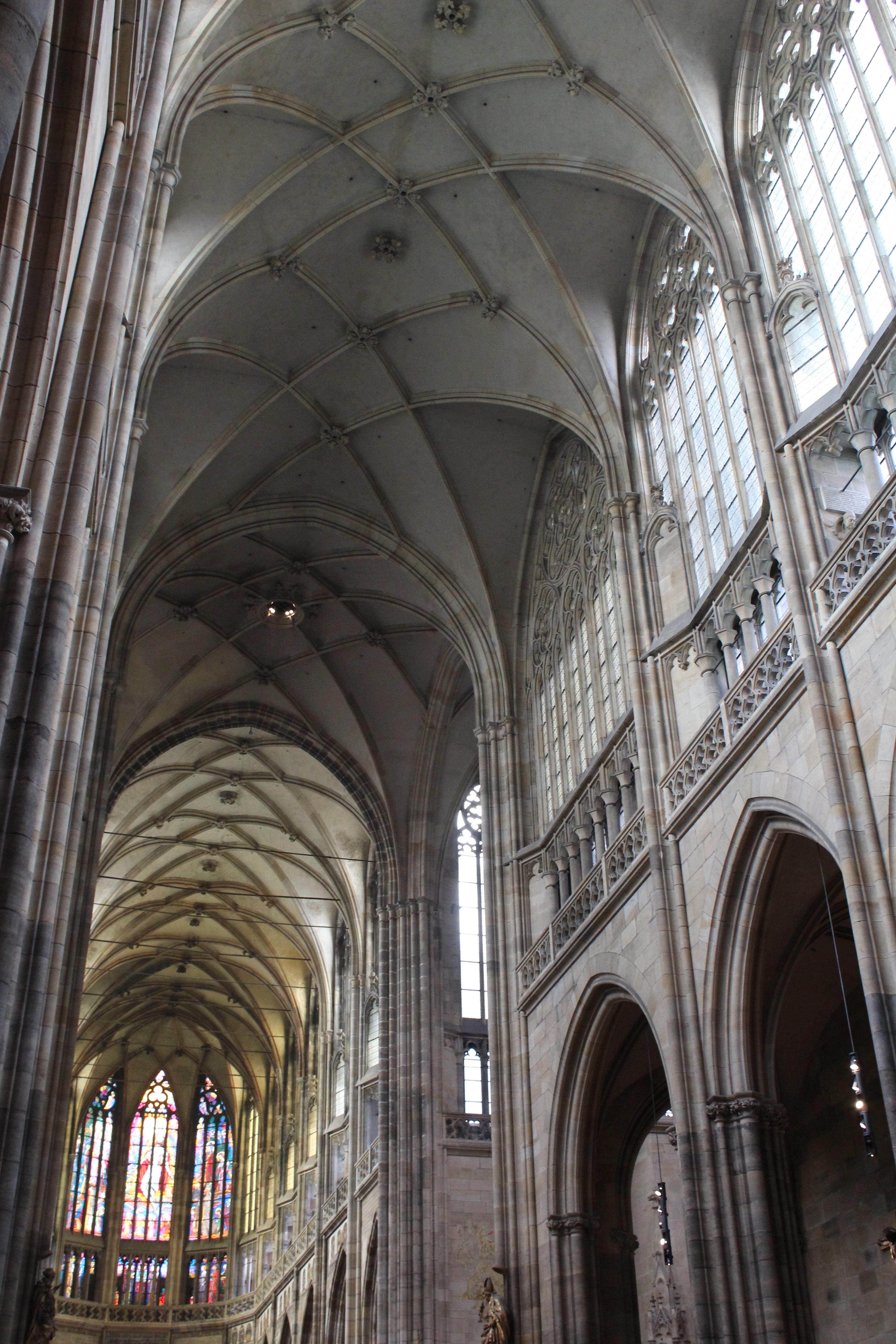 如果你到欧洲旅游不到捷克首都布拉格来会很遗憾,很遗憾!因为它是世界上第一个以整座城市被列为世界文化遗产保护的地方,因为历代国王厌恶战争,始终保持中立,所以留下许许多多个个世纪建筑风格的古迹,就像一部历史传记,为今天的人们展现过去的岁月痕迹。比如布拉格城堡是最著名的建筑群,圣维特大教堂是布拉格城堡地标建筑,查理大桥是欧洲最古最长的桥等等。下面照片为证。