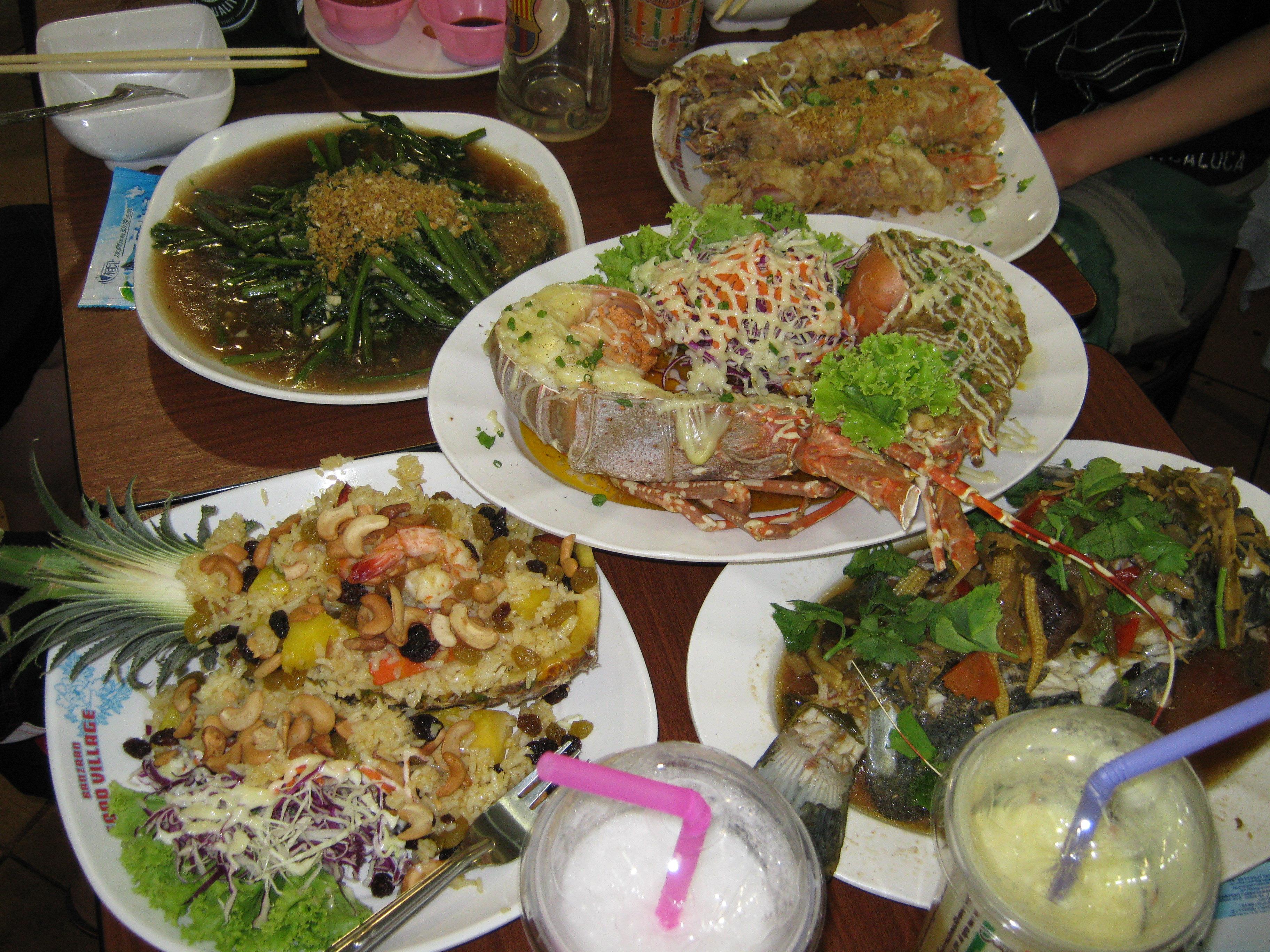 兩樓一共有三家Your Kitchen,我去的是F2-15,最旁邊的一間,一共去了三次,老板是個會講中文的胖妹。一般四個海鮮的加工費、一個菠蘿飯、一個蔬菜,加工費一共1000銖左右,加上購買的海鮮和酒水飲料後,一般3000銖左右一頓飯,白米飯免費。龍蝦、椒鹽皮皮蝦、咖喱蟹、清蒸老虎斑、辣炒貝殼類、泰式空心菜做的都很好吃。菠蘿飯不僅真材實料,而且多的連裝菠蘿的盤子里都是飯,兩個大人吃保証吃飽。我們3個老人、2個中年人和一個5歲的小孩,每次點一份菠蘿飯加一碗白米飯就足夠有余。誠意推薦,但是在乎用餐環境的,班贊