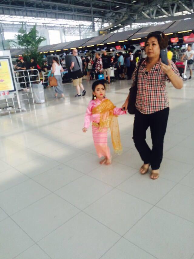 泰国曼谷机场可爱的小女孩